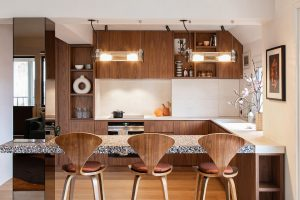 Walnut Millwork dan Rich Velvets Berikan Pembaruan Nyaman dari Paris Duplex Ini