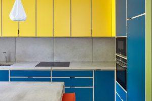 Sepuluh interior cerah dan berani yang memanfaatkan teori warna