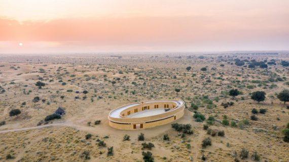Diana Kellogg Architects membuat sekolah perempuan berbentuk oval menggunakan batu lokal