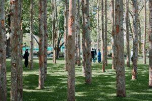 Maya Lin memasang Hutan Hantu dari pohon mati di Pusat Kota Manhattan