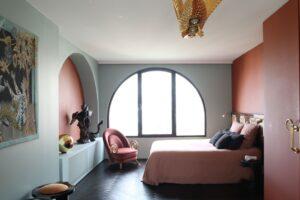 Masuki Rumah Merah Muda Prancis yang Menawan dari Seorang Perancang dan Artis Furnitur—Yang Terletak Di Luar Paris