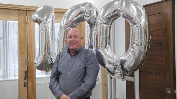 PC Henderson merayakan 100 tahun kesuksesan pintu geser