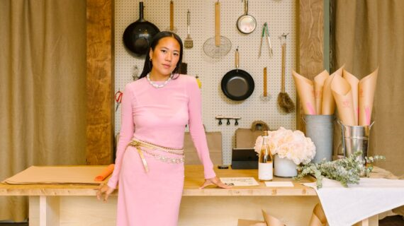Beverly Nguyen Membawa Peralatan Rumah Tangganya ke Rockefeller Center