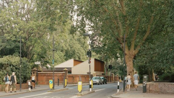 Tulisan di dinding: Sands End Arts and Community Center di London, Inggris oleh Mae Architects