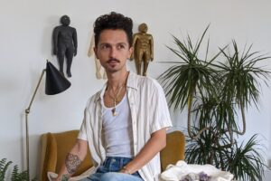 Sofa Beludru Emas Desainer Filip Berdek Telah Bersamanya Selama Lebih dari Satu Dekade