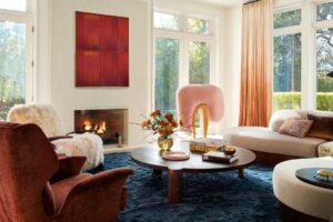 Jelajahi Rumah Modern Atherton, California, yang Menampilkan Patung Merah Muda Mencolok dan Ruang Makan Ungu