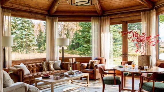 Jelajahi Log Cabin yang Diperbarui Secara Radikal Di Luar Jackson, Wyoming